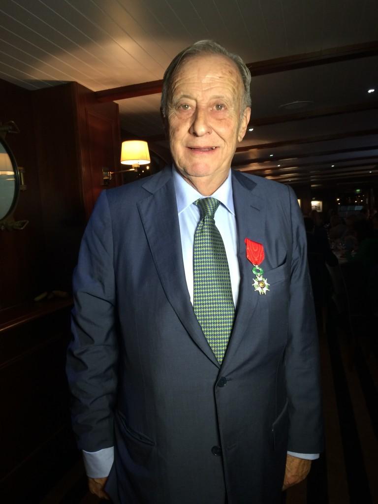 FOTO 5.- Leopoldo Cólogan CON la medalla