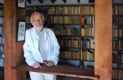 FOTO 9.- Carlos Pinto Grote en su biblioteca