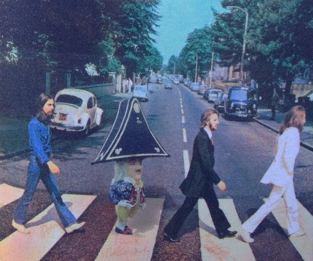 FOTO 8.- Enano cruzando Abbey Road