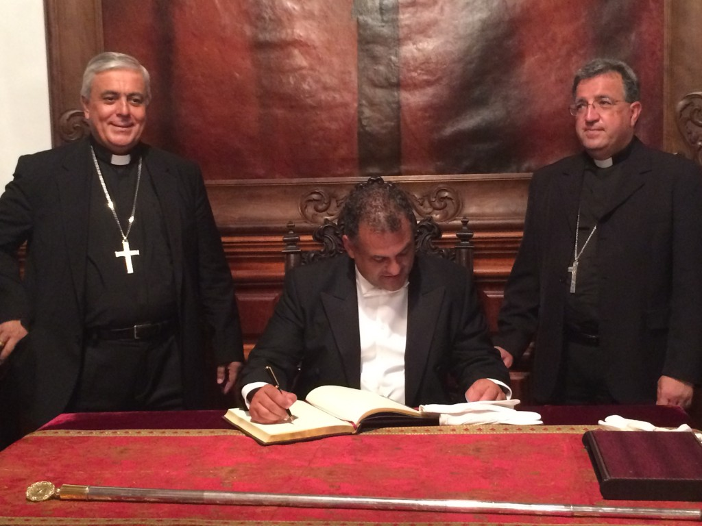 FOTO 2.- Alcalde firmado Libro de Oro