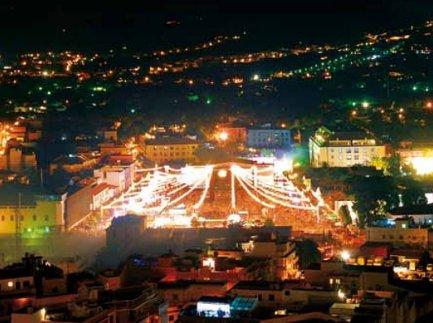 FOTO 2.- Plaza iluminada como se merece