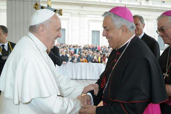FOTO 3.- Papa Francisco con el Obispo