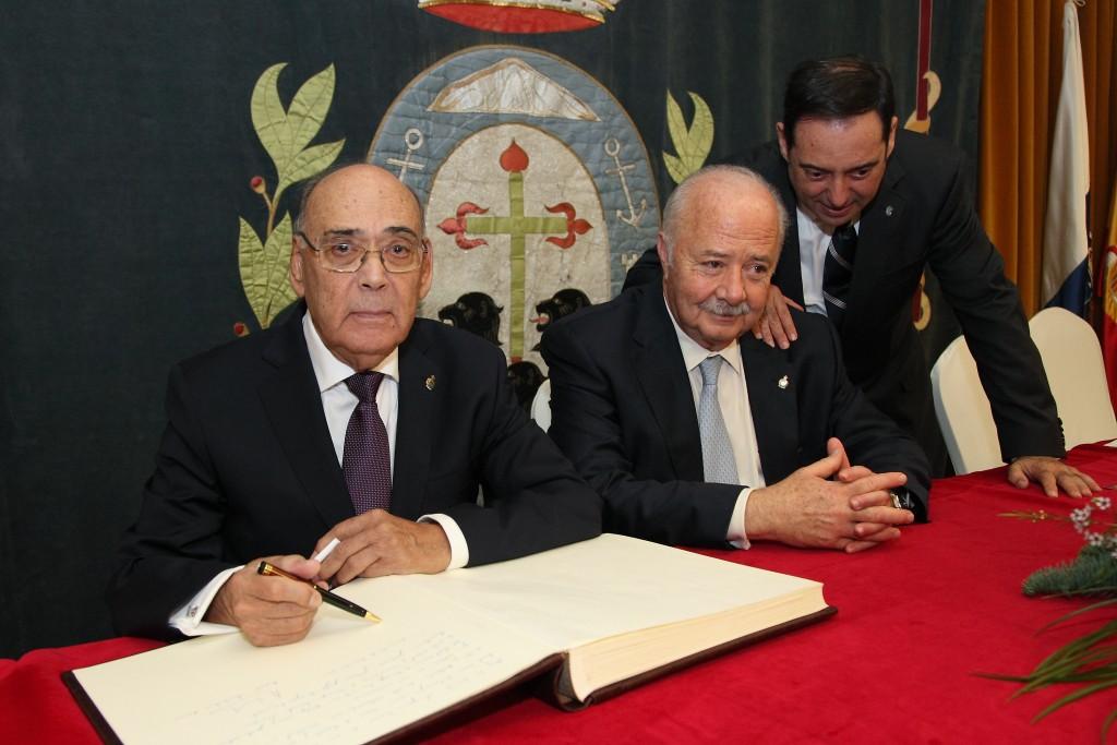 FOTO 3.- Firmando en el Libro de Oro