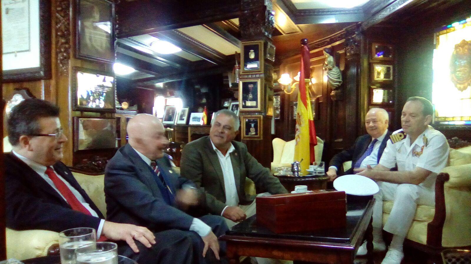 FOTO 3.- Tertulia en el Elcano