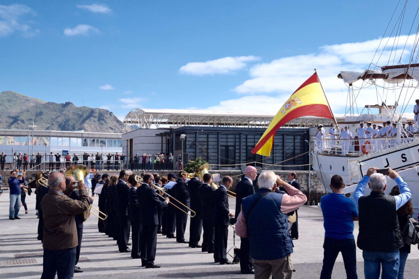 FOTO 4.- La banda despide al Elcano