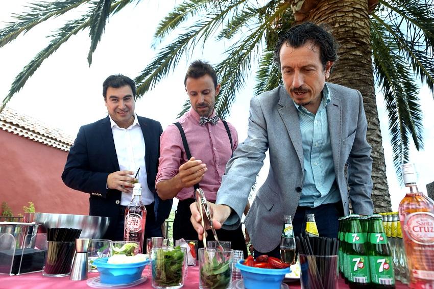 FOTO 4.- Jesús Morales como Barman