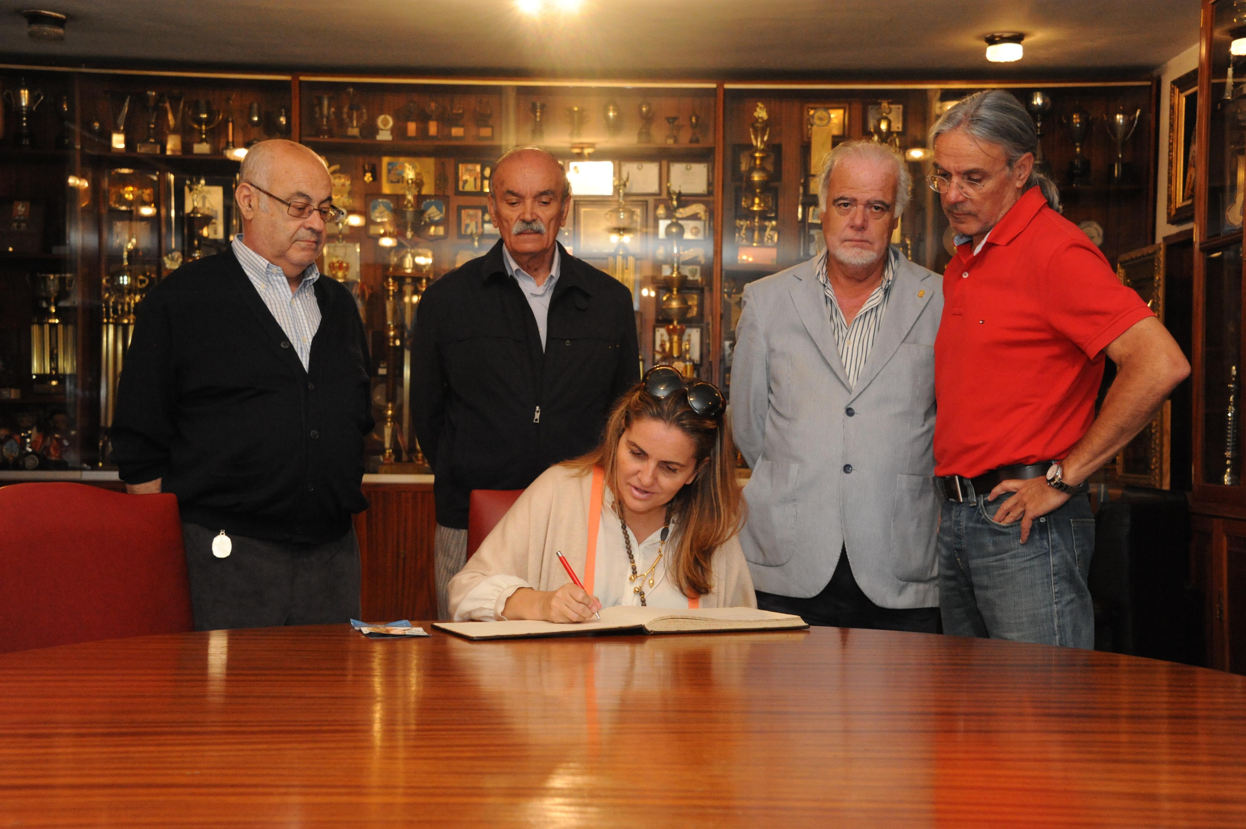 FOTO 6.- Sandra firmando